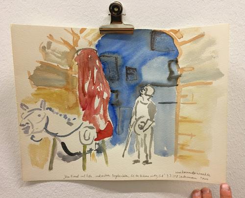In rotes Tuch verhüllte Reiterin auf einem Theater-Standpferd unter Römischem Torbogen, mit Don Quichotte in Rüstung und Schwert
