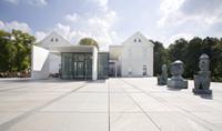 Museumsansicht Max Ernst Museum Brühl des LVR mit 3 Skulpturen