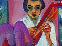 Auf dem Boden sitzende Frau spielt auf roter Mandoline. Aus den Fenstern sieht man die Berge. Eine Person hört zu.