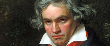 Ausschnitt zeigt nur Beethovens Kopf und ein wenig seiner Kleidung (Kragen und rotes Tuch). Beethoven schaut sehr konzentriert in die Ferne.