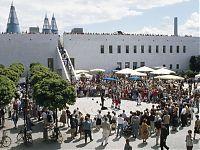 Bundeskunsthalle mit Darbietung auf dem Vorplatz und vielen Zuschauern