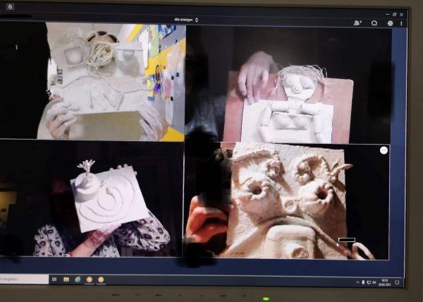 Vier Gipsreliefs von Teilnehmern einer Kunstwerkstatt