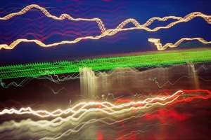 Ein grünes Band aus hellen grünen Linien zieht einen leicht diagonalen Horizont, darüber auf blauem Hintergrund sind weiße und rote Linien. Darunter sind auf braunem Hintergrund verschiedene beige und rote Linien.