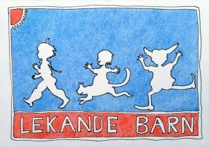 """drei weiß gefüllte typisch schwedische Gestalten (Solstickan, Kattenresan, Pippi Langstrumpf) auf blauem Untergrund. darunter mit weißer Schrift """"Lekande Barn"""" auf rotem Untergrund und links oben ein viertel rote Sonne"""