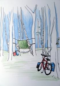 Wald mit aufgespannter Hängematte, Regenschutz über der Hängematte und im Vordergrund mein ans Baum gelehnte teilbeladenes Fahrrad