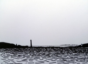 See in schwarzweiß, rechts und links zwei Inseln mit jeweils einem Leuchtturm, am Horizont eine weitere Inselgruppe schwach erkennbar