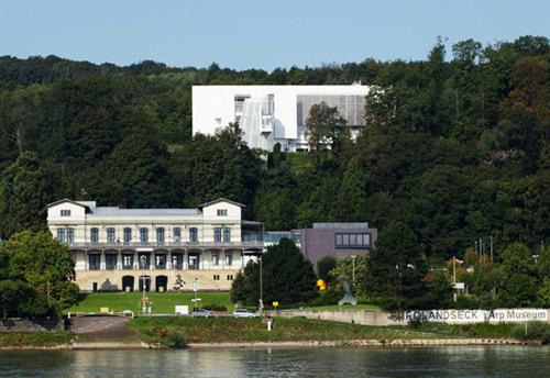 Gesamtansicht Arp Museum vom anderen Rheinufer aus