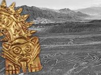 Schwarz-Weiße Fotografie einer Landschaft mit heller Zeichnung eines Wals (Ausschnitt), links ein Teil des goldenen Gesichtsschmucks eines Nasca-Priesters, welches einen löwenähnlichen Kopf mit der heraushängenden langen Zunge zeigt.